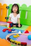 Niños chinos asiáticos que juegan con los bloques Foto de archivo