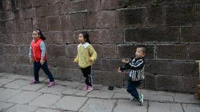 Niños chinos que bailan en la calle