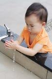 Niños chinos que lavan la mano. Foto de archivo libre de regalías