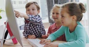 Niños como ejecutivos de operaciones que trabajan en el ordenador 4k metrajes