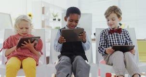 Niños como ejecutivos de operaciones que usan la tableta digital 4k metrajes