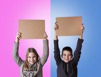 Niños con cartulina Fotos de archivo