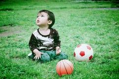 Niños con dos bolas Imágenes de archivo libres de regalías