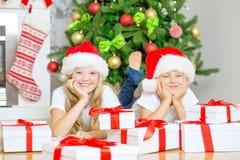 Niños con el árbol de navidad Imagenes de archivo