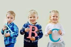 Niños con el ABC de las letras Fotos de archivo