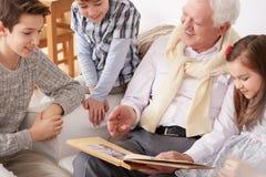 Niños con el abuelo imagen de archivo libre de regalías