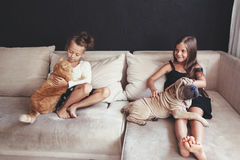 Niños con el animal doméstico Fotos de archivo libres de regalías