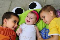 Niños con el bebé fotos de archivo