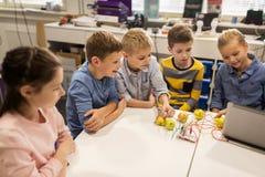 Niños con el equipo de la invención en la escuela de la robótica imagenes de archivo