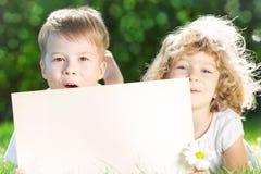 Niños con el espacio en blanco de papel Fotografía de archivo libre de regalías