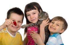Niños con el gato Foto de archivo