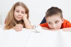 Niños con el hámster siberiano Fotos de archivo