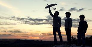 Niños con el juguete airplan al aire libre imagen de archivo