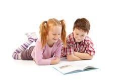 Niños con el libro Imagen de archivo libre de regalías
