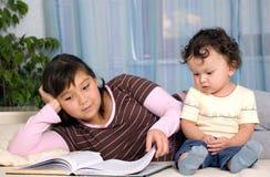 Niños con el libro. Fotos de archivo libres de regalías
