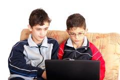 Niños con el ordenador imágenes de archivo libres de regalías