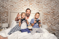 Niños con el padre que pasa tiempo dentro Fotografía de archivo libre de regalías