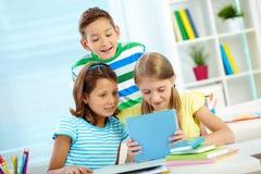 Niños con el panel táctil Fotografía de archivo