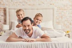Niños con el papá en casa Fotos de archivo libres de regalías