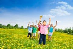 Niños con el premio fotos de archivo
