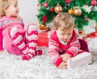 Niños con el regalo de Navidad imágenes de archivo libres de regalías