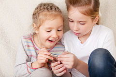 Niños con el teléfono móvil Imagen de archivo libre de regalías