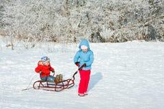 Niños con el trineo Fotos de archivo libres de regalías