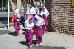 Niños con el uniforme escolar islámico Imagen de archivo