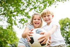 Niños con fútbol imagen de archivo