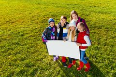 Niños con la bandera Fotografía de archivo libre de regalías