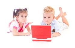 Niños con la computadora portátil imagenes de archivo
