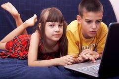 Niños con la computadora portátil Fotografía de archivo