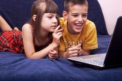 Niños con la computadora portátil Imagen de archivo libre de regalías