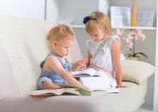 Niños con la porción de libros foto de archivo libre de regalías