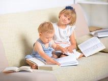 Niños con la porción de libros fotografía de archivo libre de regalías
