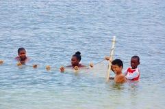 Niños con la red de pesca Imagen de archivo