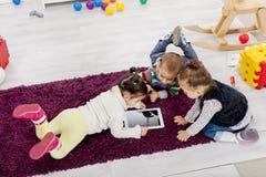 Niños con la tablilla fotografía de archivo libre de regalías