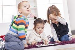 Niños con la tablilla imagenes de archivo
