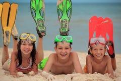 Niños con las aletas de natación Fotos de archivo libres de regalías