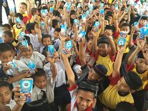 Niños con las bebidas Fotos de archivo libres de regalías