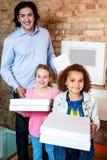 Niños con las cajas del papá y de la pizza fotos de archivo libres de regalías