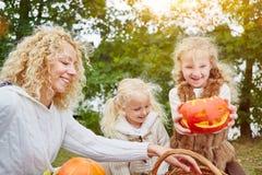 Niños con las calabazas para Halloween Imagen de archivo libre de regalías