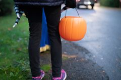 Niños con las cestas de la calabaza de Halloween fotos de archivo libres de regalías