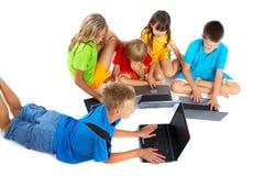Niños con las computadoras portátiles Imagenes de archivo