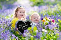 Niños con las flores y el tablero de tiza Foto de archivo libre de regalías
