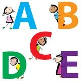 Niños con las letras AE Foto de archivo libre de regalías