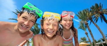 Niños con las máscaras del salto Foto de archivo