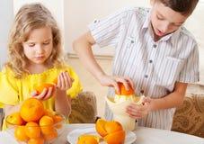 Niños con las naranjas imágenes de archivo libres de regalías