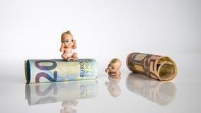 2 niños con los billetes de banco euro Fotos de archivo libres de regalías