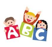 Niños con los bloques del alfabeto Fotos de archivo